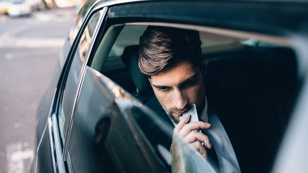 Mann i bil som kjører